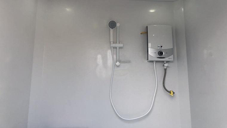 vệ sinh máy nước nóng trực tiếp đơn giản