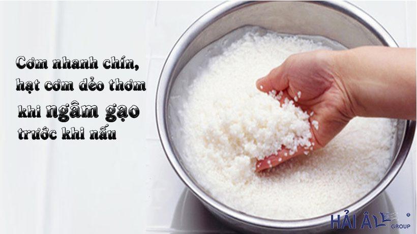 Ngâm gạo trước khi nấu